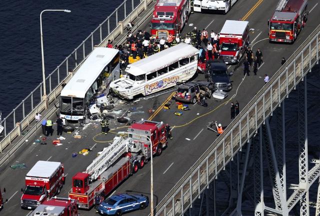 Hiện trường vụ va chạm kinh hoàng giữa một xe bus và xe khách lưỡng cư trên cây cầu Aurora ở Seattle, Mỹ.