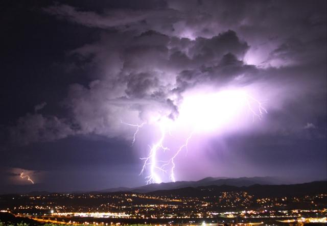 Sét đánh sáng lóa trên bầu trời thành phố Santa Clarita, bang California, Mỹ.