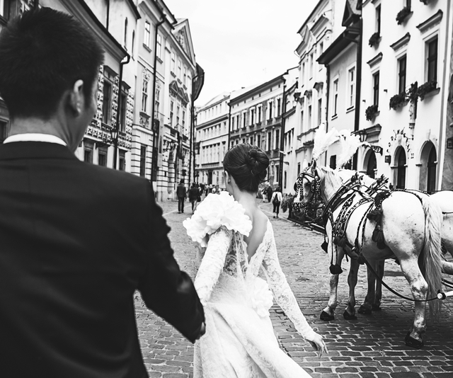 Để hoàn thành bộ ảnh, vợ chồng Diễm Trang đã phải cùng ê kíp đến 2 thành phố lớn của Ba Lan là Krakow và Warsaw để tìm bối cảnh.