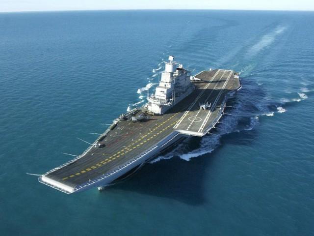 Ấn Độ, nước láng giềng phía nam của Trung Quốc đang vận hành 2 tàu sân bay nhỏ hơn, nhưng chúng đáng tin cậy hơn nhiều. Năm 2014, hàng không mẫu hạm Liêu Ninh từng gặp phải các sự cố điện bất ngờ trong khi hoạt động ngoài khơi. Trong ảnh: Hàng không mẫu hạm Vikramaditya.