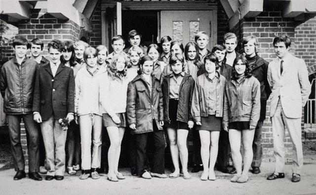 Angela Kasner (ở giữa, hàng thứ 2) trong bức ảnh chụp cùng lớp phổ thông ở Templin, Đức năm 1971