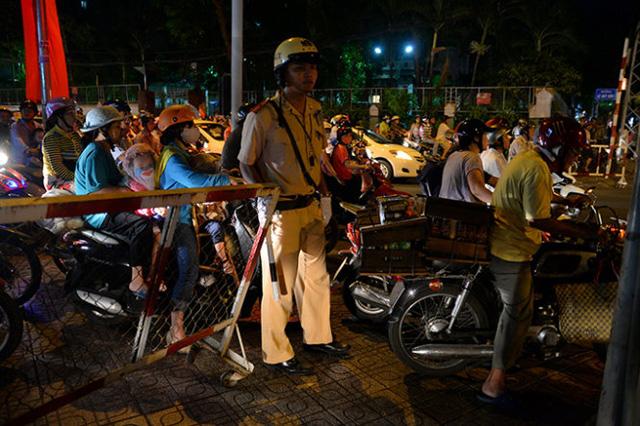 Cảnh sát giao thông quận 3 gào chắn không cho xe máy lưu thông trên vỉa hè - Ảnh: Hữu Khoa