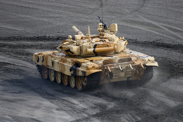 Sức mạnh của T-90S nằm ở khả năng cơ động linh hoạt, tiết diện nhỏ, trang bị vũ khí (pháo 125 mm) mạnh mẽ cùng các hệ thống phòng vệ thụ động và chủ động, hệ thống điện tử hiện đại.