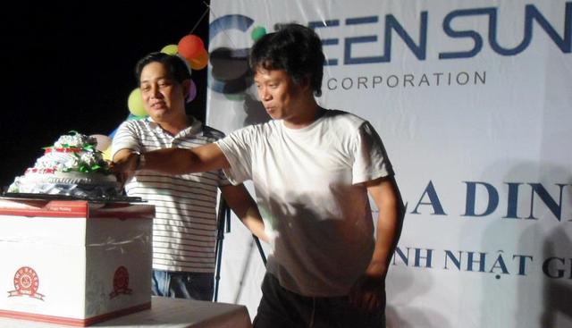 Ông Việt giản dị trong cuộc sinh nhật công ty
