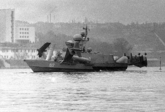 Tàu tên lửa Sarancha khi chạy ở tốc độ thấp, các cánh ngầm chưa được nhấn chìm trong nước