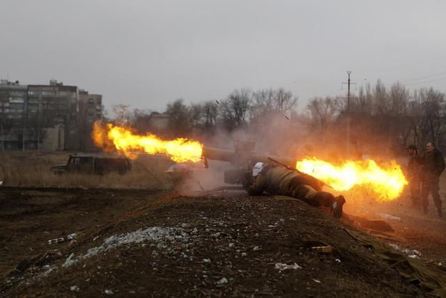 Thành viên của lực lượng ly khai thân Nga phóng tên lửa chống tăng trong một cuộc diễn tập ở Donetsk, Ukraine.