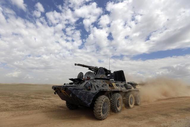 Binh sĩ Iraq ngồi trong một phương tiện bọc thép tại thị trấn Hamrin ở tỉnh Salahuddin.