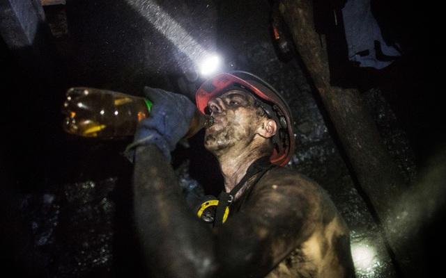 Thợ mỏ uống nước trong thời gian nghỉ giữa giờ khi làm việc dưới mỏ than Scheglovka Glubokaya nằm cách mặt đất 1.100 m ở Makeevka, Ukraine.