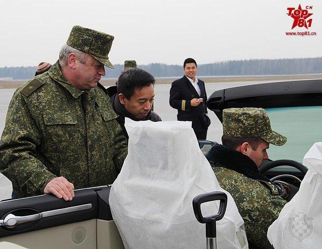 Các quan chức Belarus thử xe.