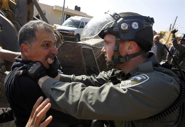 Cảnh sát biên giới Israel đụng độ với người biểu tình Palestine ở thành phố Soba, Bờ Tây.