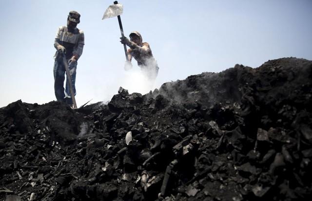 Công nhân làm việc tại một nhà máy than củi ở ngôi làng Qaha, El-Kalubia gần Cairo, Ai Cập.