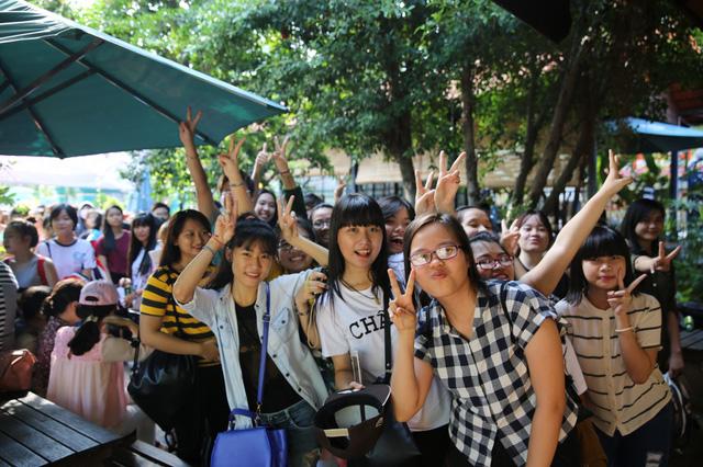 Qua tìm hiểu, được biết có rất nhiều bạn từ các tỉnh thành xa như: Tây Ninh, Kiên Giang, Hà Tiên, Cà Mau… đã có mặt từ 3 giờ sáng để chờ mua vé.