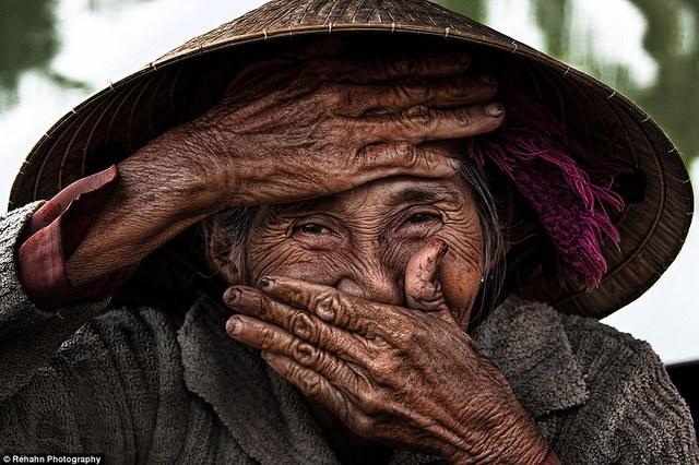Réhahn cho biết anh yêu mến người Việt Nam bởi sự thân thiện, cởi mở và cho phép anh có được những bức ảnh chân dung đầy sức hút.