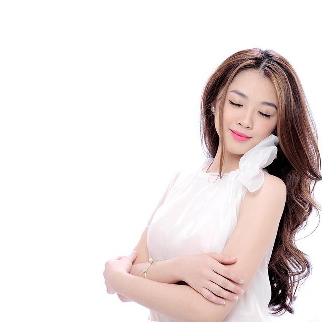 Trong bộ hình đính kèm với single, Khánh Tiên khoe vẻ đẹp trong sáng, dịu dàng với những bộ trang phục cá tính.