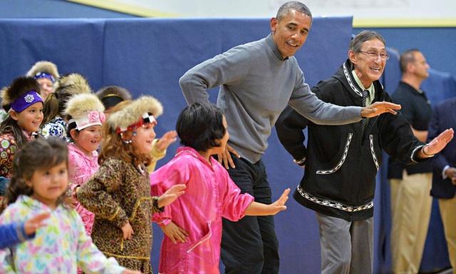 Tổng thống Mỹ Barack Obama nhảy múa với trẻ em sau khi tham dự một buổi giao lưu văn hóa tại trường trung học Dillingham ở Alaska.
