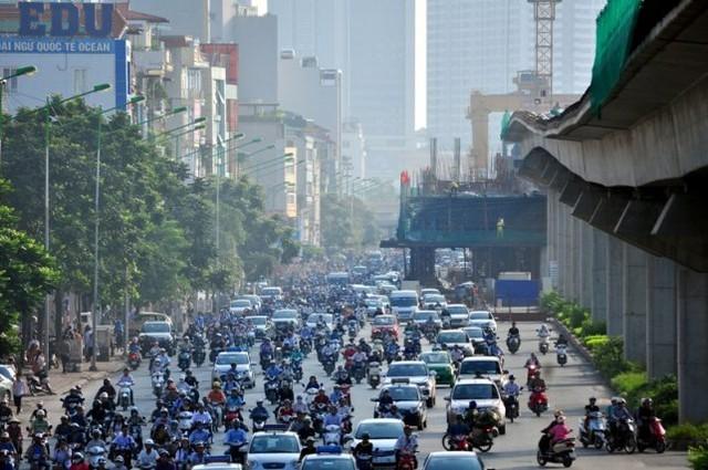 Tuy nhiên, cũng trên tuyến đường sắt này, nhiều lô cốt vẫn chưa được mở khiến giao thông bị ùn tắc. Trong ảnh là lô cốt trên đường Nguyễn Trãi (đoạn gần trường Đại học Khoa học Tự nhiên) lúc 8h sáng 14.9.