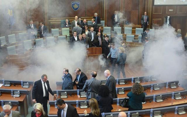 Các nghị sĩ Kosovo ném hơi cay vào nhau trong một phiên họp quốc hội ở thủ đô Pristina.