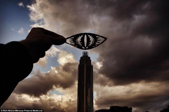 Lấy cảm hứng từ phim Chúa tể những chiếc nhân, Rich đã biến cầu cảng St George thành Mắt Sauron.