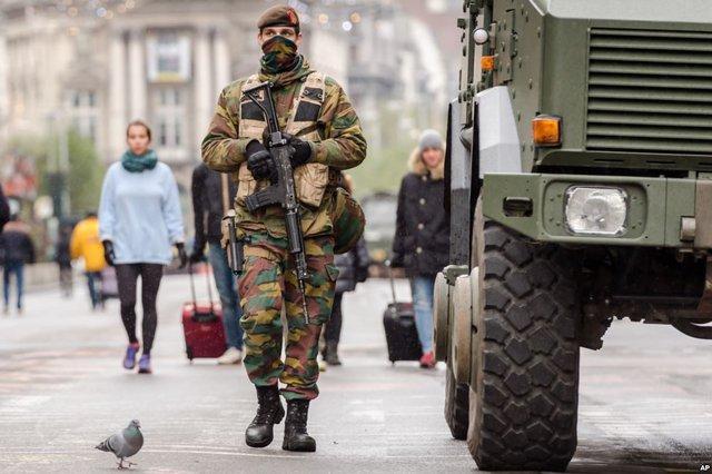 Binh sĩ quân đội Bỉ tuần tra trên một đại lộ chính tại Brussels khi thành phố này được đặt trong tình trạng báo động ở mức cao nhất.