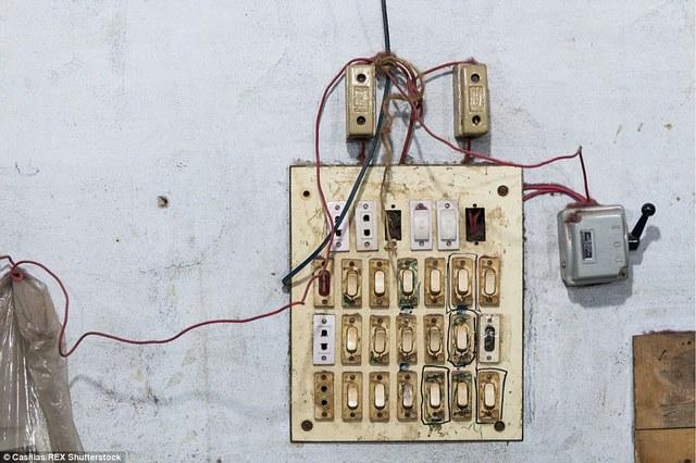Với những bảng điện thô sơ thế này, cháy nổ xảy ra là điều hoàn toàn dễ hiểu.