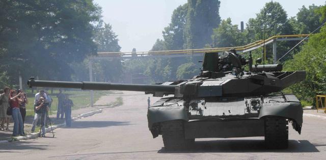 T-84 Oplot có khả năng đạt tốc độ tối đa tới 70 km/h, tầm hoạt động tối đa khoảng 400 km, vượt hào rộng 2,85 m, vượt chướng ngại vật cao 1 m, lội nước sâu 5 m.