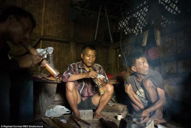 Tuy đã giảm nhưng hiện nay vẫn còn 30% cư dân bộ tộc nghiện ma túy.