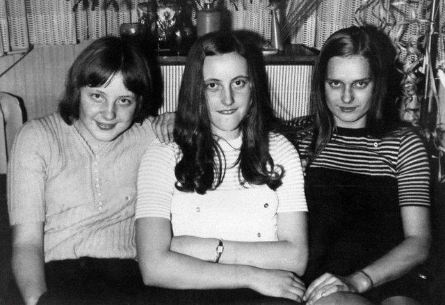 Angela năm 18 tuổi, chụp cùng bạn bè trong bữa tiệc năm mới ở Berlin năm 1972
