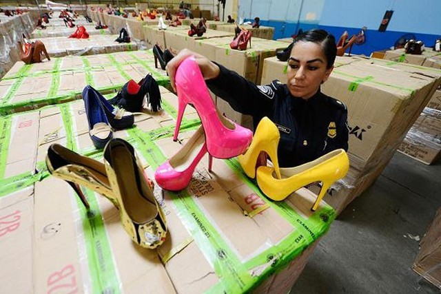 """Giày cao gót """"nhái"""" hiệu Christian Louboutin  Tháng 7/2012, hải quan Mỹ bắt giữ một số lô hàng từ Trung Quốc chứa hơn 20.400 đôi giày Christian Louboutin """"nhái"""". Lô hàng này trị giá 57.490 USD, nhưng nếu bán lẻ có thể sẽ mang về 18 triệu USD."""