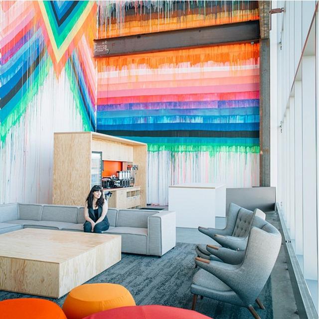 Facebook đã làm việc cùng 15 nghệ sỹ địa phương để mang tới cái nhìn đầy màu sắc cho văn phòng.