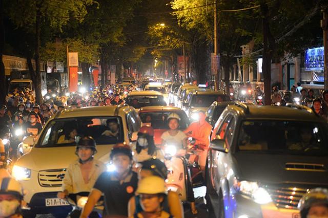 Xe cộ kẹt cứng kéo dài trên đường Võ Văn Tần, Quận 3 - Ảnh: Hữu Khoa