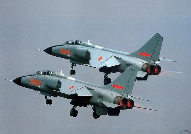 Thông số kỹ thuật cơ bản của JH-7: Chiều dài 22,32 m; sải cánh 12,8 m; chiều cao 6,22 m; trọng lượng rỗng 14.500 kg, trọng lượng cất cánh tối đa 28.475 kg; kíp lái 2 người gồm 1 phi công chính và 1 phi công hoa tiêu chuyên điều khiển vũ khí.