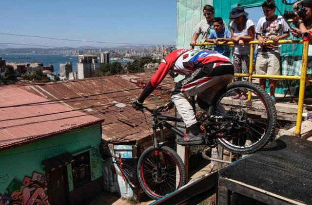 Một tay đua chuẩn bị lao xuống dốc trong cuộc đua xe đạp nguy hiểm diễn ra giữa các khu nhà ở và đường phố tại thành phố Valparaiso, Chile.