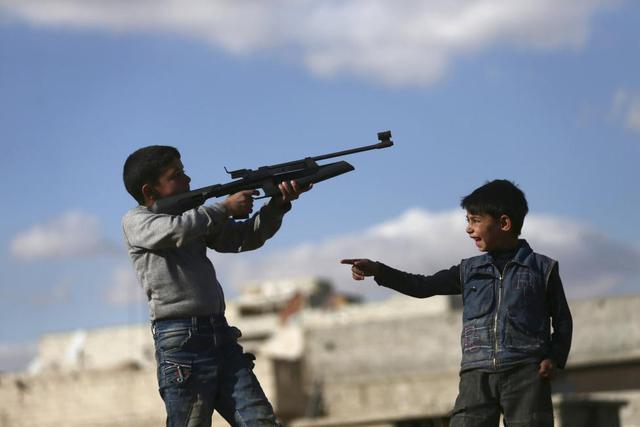 Các cậu bé chơi súng nhựa tại thành phố Damascus, Syria.
