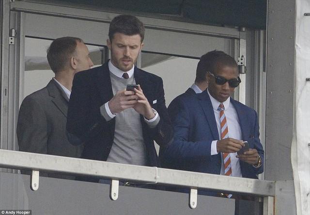 Carrick khá bận rộn với chiếc điện thoại