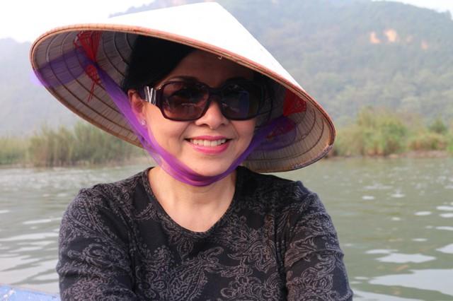 Dù đã laaph gia đình hơn 40 năm mà nhan sắc của vợ danh ca Chế Linh vẫn rất trẻ trung, xinh đẹp