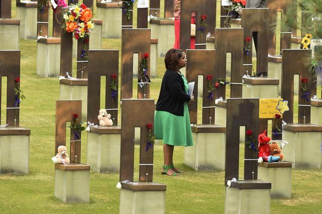 Người phụ nữ tưởng niệm các nạn nhân của vụ đánh bom kinh hoàng ở thành phố Oklahoma, Mỹ, 20 năm trước khiến 168 người chết và hơn 500 người bị thương. Mỗi chiếc ghế đại diện cho một người đã thiệt mạng trong vụ nổ đẫm máu.