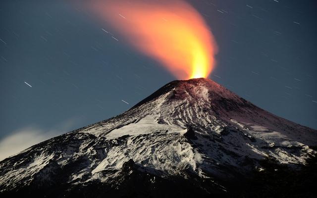 Dung nham nóng đỏ phun trào từ miệng núi lửa Villarrica ở Chile.