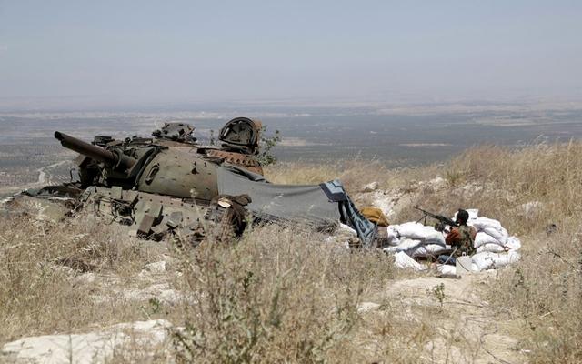 Chiến binh phiến quân Syria chấn giữ một điểm chốt trên đồi tại thị trấn Ariha, tỉnh Idlib.