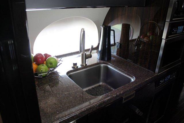 Bếp ăn trên chuyên cơ được trang bị bằng hệ thống nước khử trùng và các dụng cụ bếp cao cấp luôn sẵn sàng để phục vụ.