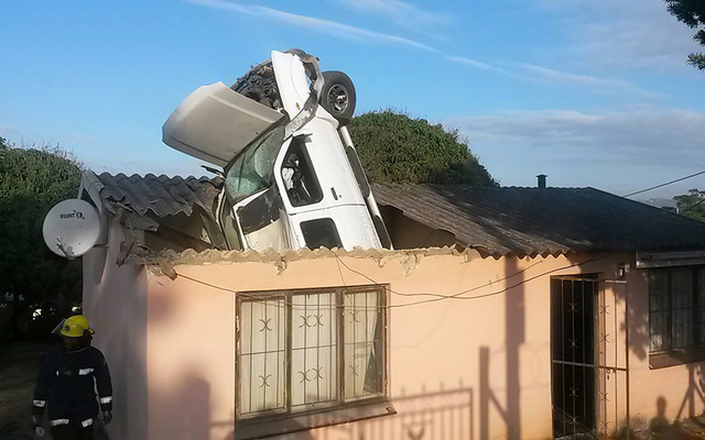 Một chiếc ô tô mất lái đâm thủng mái nhà dân ở Durban, Nam Phi.