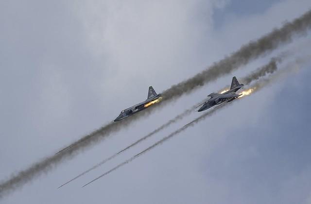 Máy bay tấn công Sukhoi Su-25 của Không quân Nga trình diễn phóng tên lửa tại cuộc thi quân sự Aviadarts được tổ chức tại thao trường Dubrovichi ở Ryazan, Nga.