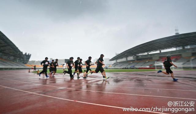 Các sĩ quan cảnh sát thuộc đội SWAT thi chạy bất chấp mưa gió