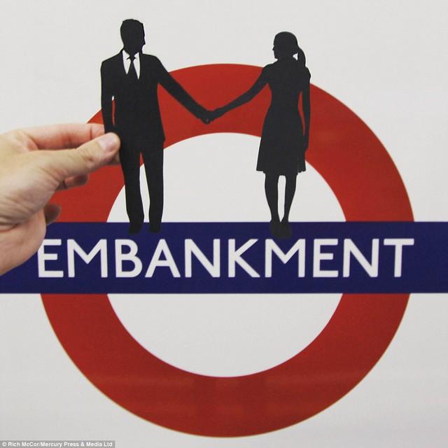 Bức ảnh lấy cảm ứng từ câu chuyện vợ diễn viên Laurence có sở thích đi tài điện ngầm qua ga Embankment để nghe giọng nói của chồng trên loa phát thanh.