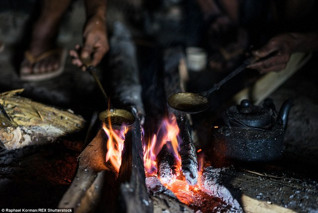 Nhiếp ảnh gia người Úc Raphael Korman đã tìm đến Longwa sau khi nghe được truyền thuyết về bộ tộc săn đầu người nhưng cái ông thấy lại là vết sẹo nhức nhối do ma túy gây ra.