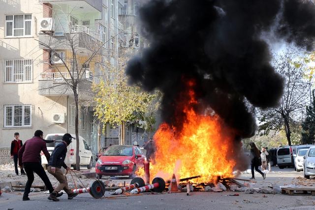 Người biểu tình đụng độ với cảnh sát chống bạo động ở thành phố Diyarbakir, Thổ Nhĩ Kỳ.