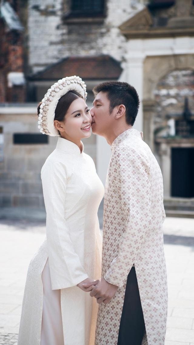 Ngoài đồ cưới hiện đại, được đặt thiết kế riêng, Diễm Trang và ông xã còn diện trang phục áo dài truyền thống của Việt Nam để chụp hình trên đường phố Châu Âu.