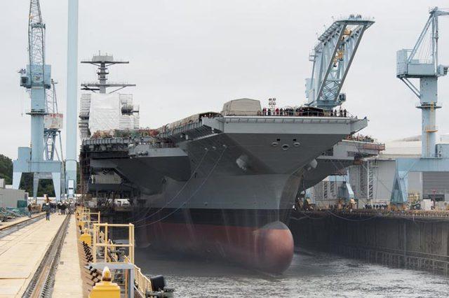Mỹ hiện đang dẫn đầu thế giới và thậm chí còn có số hàng không mẫu hạm nhiều hơn tổng số hàng không mẫu hạm của tất cả các nước khác cộng lại. Mỹ thậm chí đang phát triển một lớp hàng không mẫu hạm lớn hơn nữa để thay thế cho các thành viên già cỗi trong hạm đội tàu của mình.  Trong ảnh: Một hàng không mẫu hạm lớp Gerald R. Ford của Hải quân Mỹ
