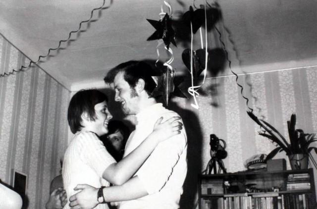 Nhảy cùng một chàng trai trong tiệc năm mới ở Berlin năm 1972