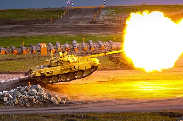 Trong các cuộc triển lãm quân sự, T-90S thường ít khí vắng mặt. Xe tăng luôn có những màn trình diễn cơ động, bay nhảy và bắn pháo ấn tượng.