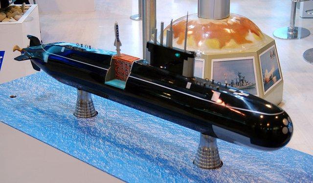 Hình minh họa phiên bản tên lửa Brahmos của Ấn Độ phóng từ tàu ngầm tiến công Lada của Nga